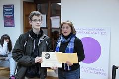 Acto de entrega de diplomas y premios locales del concurso Beldur Barik en Ermua