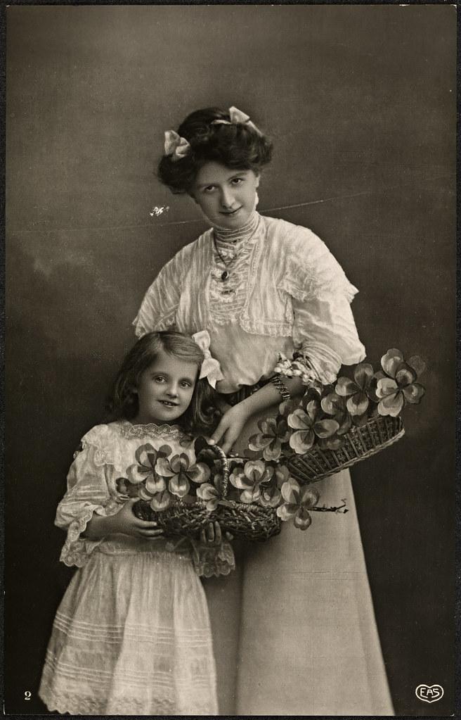 Mor og datter med firkløvere / Mother and daughter with four-leaved clovers