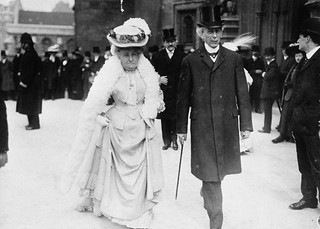 Sir Wilfrid Laurier and his wife going to the Parliamentary luncheon, Colonial Conference, 1907 / Sir Wilfrid Laurier et son épouse se rendant au déjeuner parlementaire, dans le cadre de la conférence des colonies, 1907