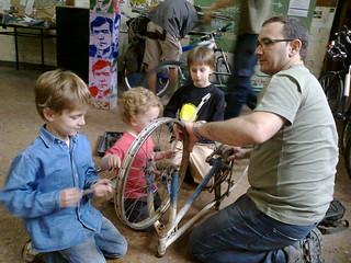 La familia unida alrededor de la bicicleta
