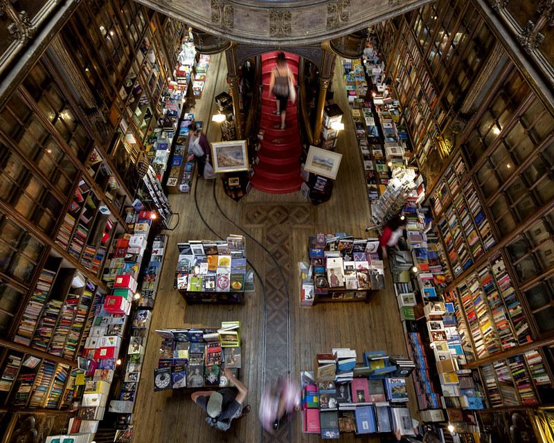"catedral do livro ""livraria Lello"" porto"