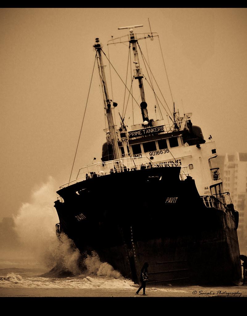 Cargo ship stuck on beach in Ashdod port - YouTube