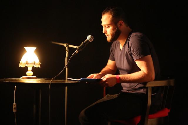 """Ahmad Jumaa liest aus seinem Text """"Die Wörter sind müde vom Sprechen"""".  Vielen Dank für die Fotos an Stefan Schulz."""