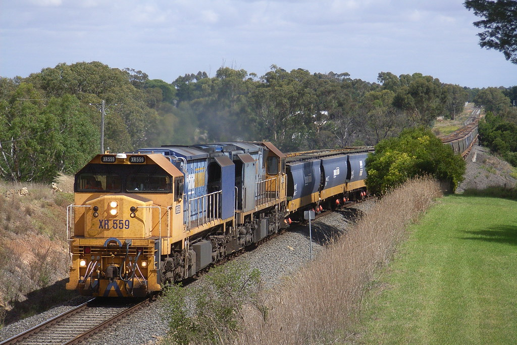 XR559 and XR555 makes easy work of the grade out of Inverleigh by bukk05