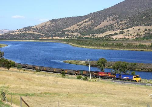 train river australia scene tasmania greenisland canoneos300d ee zr freighttrain englishelectric goodstrain derwentriver riverderwent 2101 tasrail bundella zrclass trainsintasmania tasmanianscenary tasmaniancountryside mountfaulkner
