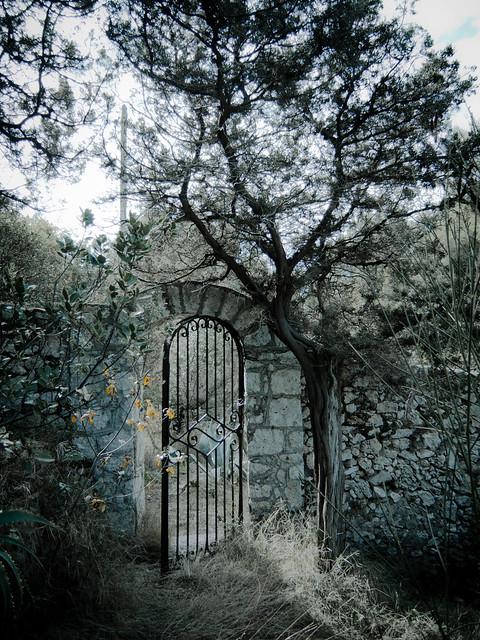 Derelict gate - along Sentiero dei Fortini in Capri