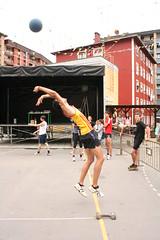 En la imagen se puede ver a un atleta lanzando una pelota.