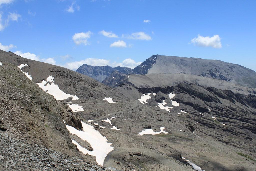Los picos Alcazaba (fondo a la izquierda) y Mulhacén (derecha)