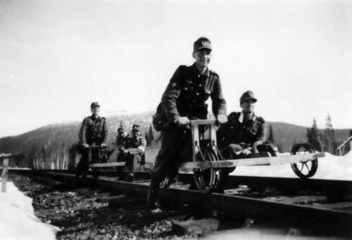 Soldatene bruker dresin på veien til Steinkjer