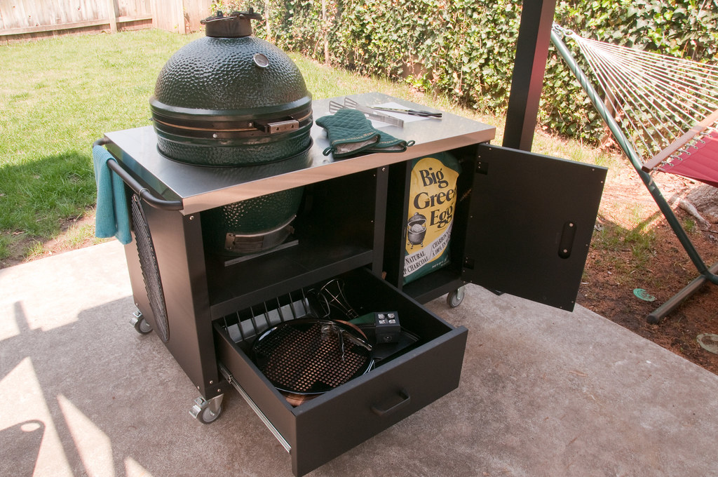 Fully utilized ceramic grill table for Big Green Egg, Prim