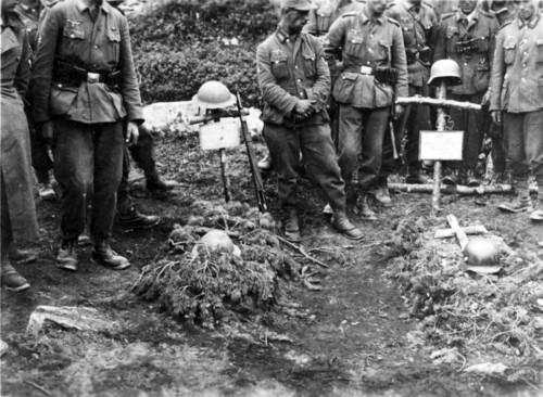 Tyske soldater ved gravene til engelske og tyske soldater. Bildet er tatt ved Viskiskoia bru, Saltdal