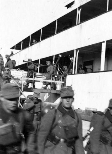 Soldater går på land på Sjælland etter overfarten fra Jylland