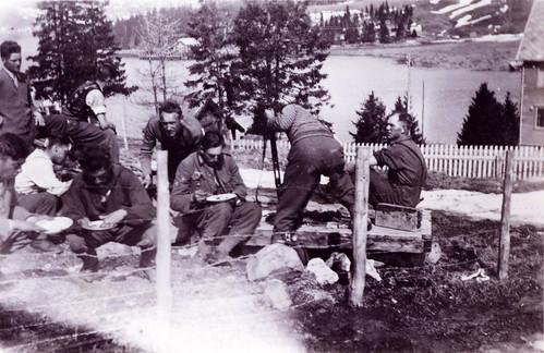 Østerriske bergjegere fra 2.bataljon av 137 bergjererregiment tar en rast i Finneidfjord