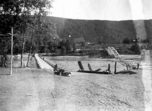 Den sprengte brua ved Selfors, og den provisoriske pongtongbrua ved siden av
