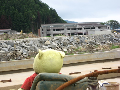 Pooh-san in front of school