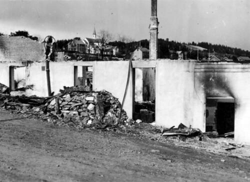 Ruiner med kirke i bakgrunnen, Hemnesberget