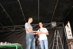 En la imagen aparece Javier Villalobos entregando uno de los premios