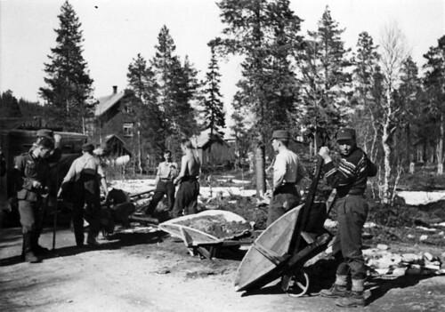 Norske krigsfanger (IR 13) reparerer vei