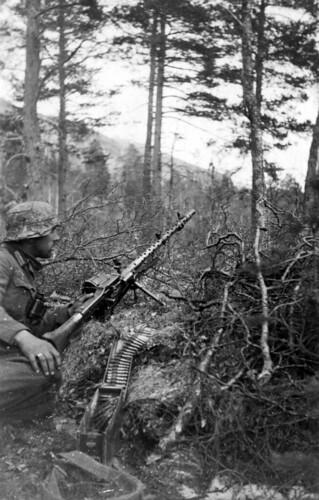 Bergjeger med MG34. Sannsynligvis i berghengene nord for Viskisbrua
