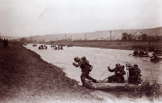 Bergjegere krysser en elv under harde feltøvelser 1939/40