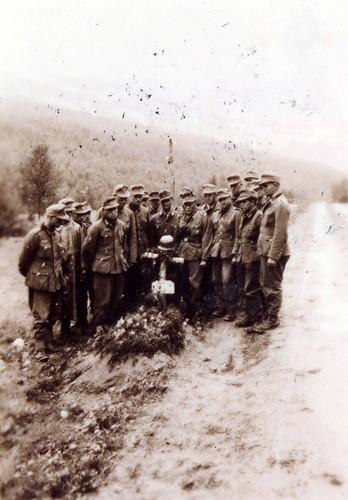 Bergjegere av 7. kompani har kort sørgestund ved Hohengassers grav