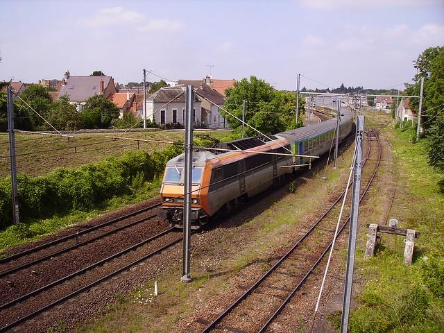 Train de voyageurs près de la gare de Cosne-sur-Loire