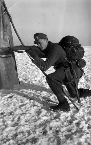 Soldat (Rudi Margreiter) på trening i fjellterreng