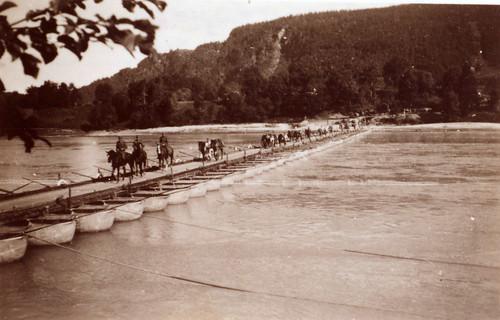 Bergjegere fra 137. bergjegerregiment på vei over flytebro (pongtongbro), Selfors.