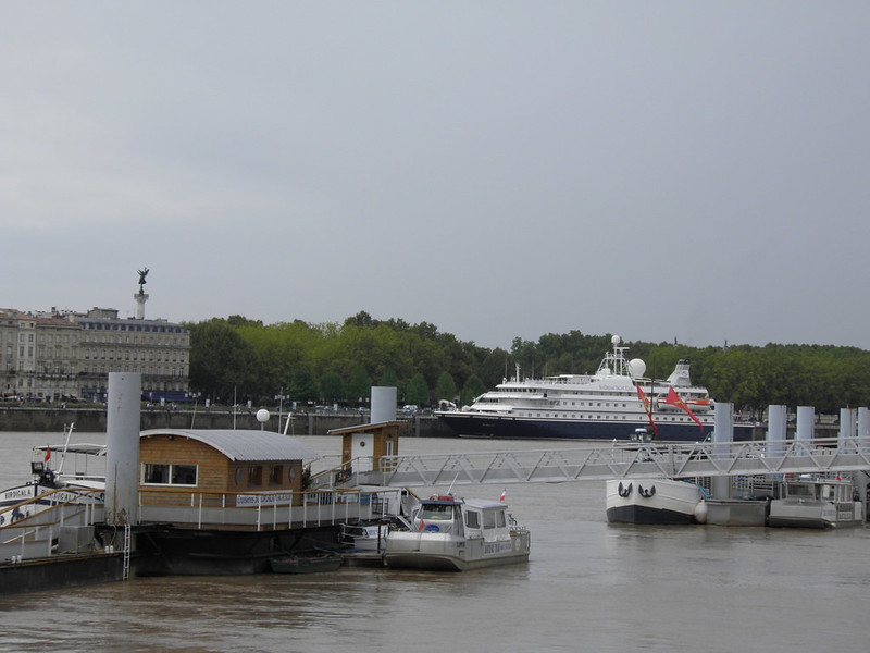 Un bateau parmi d'autre .... - Bordeaux - 06 aout 2011 -P8060029
