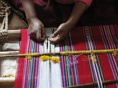 vr, 08/01/2010 - 15:40 - 90_ met vaardige handen worden kettingdragen gesorteert voor het patroon