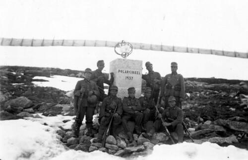 Soldater fra det 7.Kompani ved polarsirkelen. Rudi Margreiter lener seg mot søyla