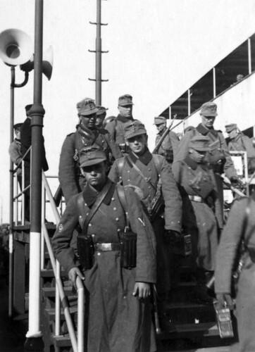 Soldater på vei på land fra ferje, Sjælland