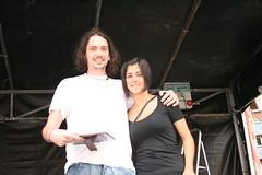En la imagen se puede ver a Jorge Vega posando con su premio junto con la concejala.