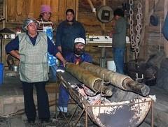 zo, 31/05/2009 - 18:36 - 39_ demonstratie bereiding typisch aardappelgerecht tijdens open museumdag in Chonchi