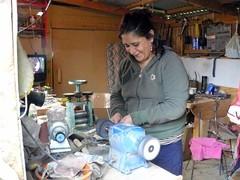 wo, 14/10/2009 - 18:01 - 25_ Brenda_ een vrouw die kettingen maakt met zwart koraal