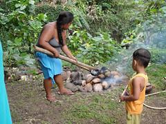 ma, 26/04/2010 - 22:29 - 43. Marquezaans meisje 'kookt' broodvruchten in een vuur