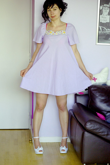 Adorable 60's Babydoll Lilas / Purple Trapeze Mini Micro dress with nice floral embroideries on the neckline