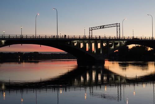 bridge sunset reflection water river puente atardecer evening agua eau sundown montréal dusk montreal rivière ponte reflet pont serra soir crépuscule acqua reflexión ahuntsic réflexion rivièredesprairies pontviau