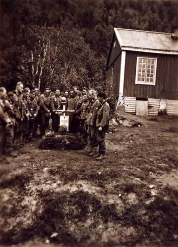 Minnestund ved grav til tre fallne bergjegere fra 2. bergjegerdivisjon.