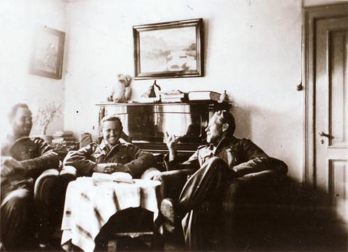 Bergjegere som var med på Bøffelmarsjen hviler ut i Narvik. Fra venstre: Messner (døde Litza 1941), Falkanover (døde vestfronten 1945) og Kepplinger.