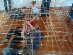 Op zondag 18 september experimenteerden gezinnen in Z33 met plakband. Samen met het ontwerperscollectief Numen / For Use bouwden ze een groot kunstwerk uit transparante tape.   Numen / For Use werd internationaal bekend met hun indrukwekkende tape-installaties.  Numen / For Use ontwierp de sitespecifieke installatie NET voor de Hoge Ruimtes in Z33. Te bezoeken tot 02.10.2011 www.z33.be/projecten/numen-use-net