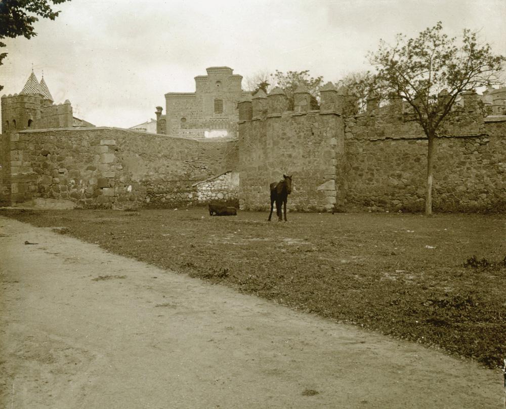 Muralla en el entorno de la Puerta de Alfonso  VI y Santiago del Arrabal en 1915. Fotografía de Luis Calandre Ibáñez