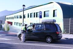 Un agente informa a una usuaria particular que lleva estudiantes al colegio
