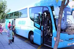 La imagen muestra a uno de los autobuses a su llegada a la zona reservada para ellos