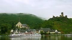 Городок Beilstein an der Mosel. Вид с противоплолжного берега реки Рейн
