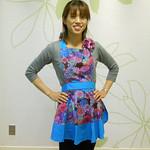 キャロリンズキッチン Carolyn's Kitchen アジアンフラワーエプロン ターコイズブルー 税込8,379円 ■胸元のドットの花飾りがアクセントになっている、丈が少し短めのエプロンです。#016
