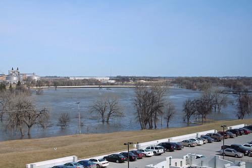 water minnesota flood northdakota redriver parkingramp grandforks eastgrandforks