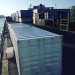 西日に照らされるコンテナ群は港湾好きにはたまらない。 #港湾萌え