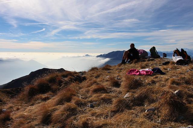 Hoch über dem Nebelmeer des Lago Maggiore