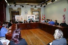Lopez de Gereñu y el alcalde Carlos Totorika firman el convenio en la Casa Consistorial de Ermua. Plano General